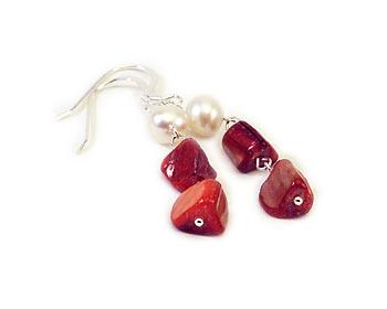 Snygga örhängen att ha till vardags eller fest. Örhängena är gjorda i pärlemor och vita odlade sötvattenpärlor samt silver.