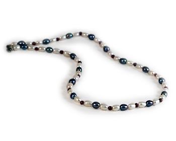 Halsband i vita och svarta odlade sötvattenpärlor.