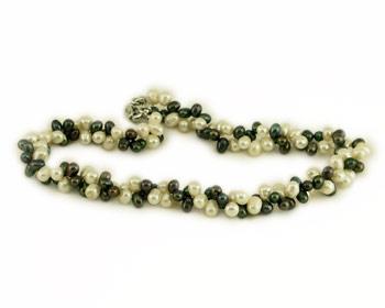 Halsband i gråa och vita odlade sötvattenpärlor.