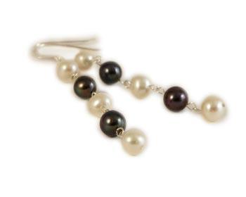 Snygga, långa pärlörhängen i vita och svarta odlade sötvattenpärlor som kan bäras till vardags eller till fest. Silverkrok.