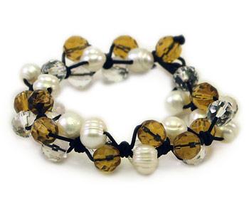 Pärlarmband i vita odlade sötvattenpärlor varvade med gula och transparenta kristaller.