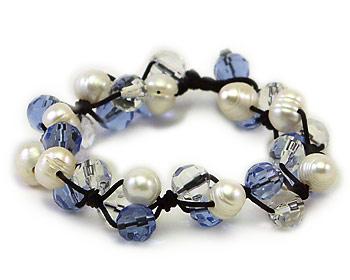 Snyggt pärlarmband i vita odlade sötvattenpärlor varvade med blåa och transparenta kristaller.