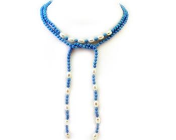 Långt vackert turkoshalsband i blåa turkoser och vita odlade sötvattenpärlor. Turkospärlorna är 4mm stora.