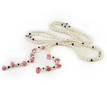 Pärlhalsband i vita 4x5mm odlade sötvattenpärlor och rosa kristaller.