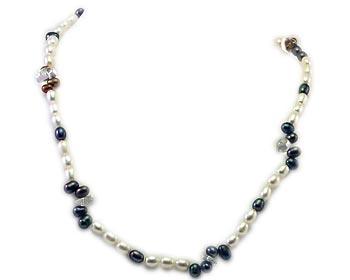 Pärlhalsband i vita och mörka odlade sötvattenpärlor samt transparanta kristaller.