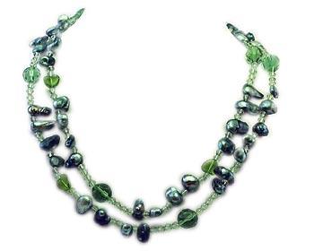 Trendigt långt halsband i oregelbundna odlade sötvattenpärlor och mycket fina gröna kristaller.