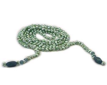 Långt pärlhalsband i gröna odlade sötvattenpärlor. Pärlhalsbandet har 4-5mm stora sötvattenpärlor och avslutas med avlånga gröna jadedetaljer.