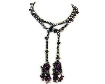 Långt mörkt pärlhalsband i odlade sötvattenpärlor och halvädelstenar. Pärlhalsbandet är gjort i 6-7mm stora risformade pärlor.
