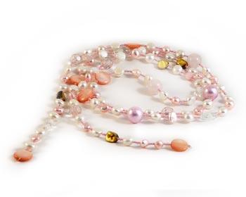 Sött rosa halsband i ca. 6 mm stora odlade sötvattenpärlor, rosa pärlemor, 14 mm stora snäckskalspärlor, och jadepärlor.