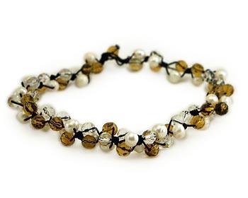 Pärlhalsband i vita odlade sötvattenpärlor varvade tillsammans med gula och transparanta kristaller.