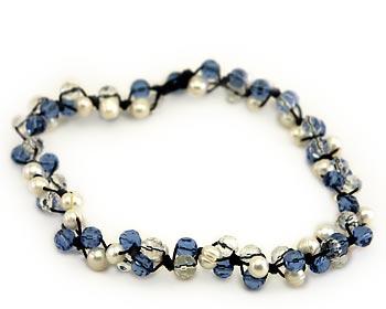 Snyggt pärlhalsband i vita odlade sötvattenpärlor varvade tillsammans med blåa och transparanta kristaller.