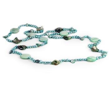Snyggt pärlhalsband i gröna odlade sötvattenpärlor. Pärlhalsbandet kan bäras till vardags eller till fest.
