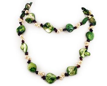 Långt trendigt halsband i sötvattenpärlor, halvädelstenar och pärlemor.