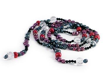 Trendigt halsband i rödlila och gråa sötvattenpärlor samt kristaller. Halsbandet kan bäras till vardags och till fest.