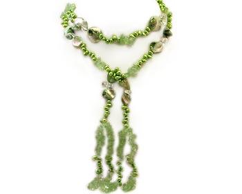 Grönt halsband i sötvattenpärlor och pärlemor.