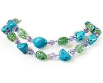 Mycket vackert halsband i turkoser och kristaller.
