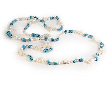 Trendigt halsband i vita odlade sötvattenpärlor, kristaller och turkoser.