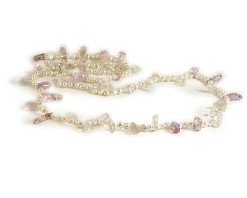 Halsband i sötvattenpärlor och flerfärgade kristaller.
