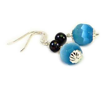 Mycket vackra örhängen i blåa opaler och svarta odlade sötvattenpärlor. Silver.