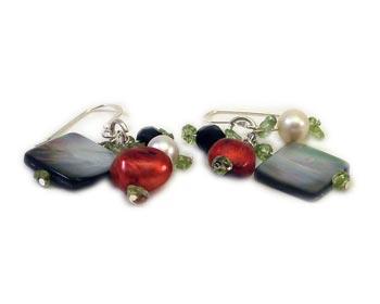 Trendiga örhängen i odlade sötvattenpärlor, halvädelstenar och pärlemor. Silverkrok.