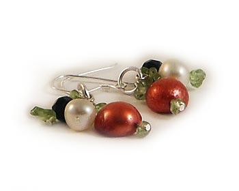 Trendiga pärlörhängen i odlade sötvattenpärlor och halvädelstenar. Silverkrok.