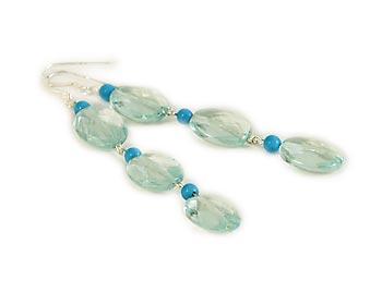 Trendiga örhängen i blåa kristaller och blåa turkoser. Silverkrok.