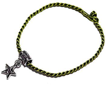 Grönt armband med hänge. Längd 16-17 cm.