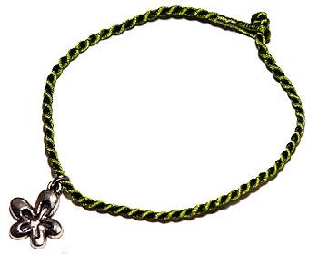 Trådarmband med hänge. Längd 16-17 cm.