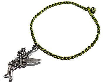 Grönt armband i tråd. Längd cirka 16-17 cm.