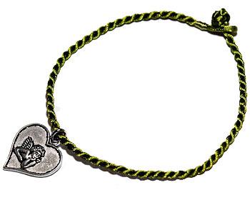 Grönt armbandmed hjärta. Längd cirka 16-17 cm.