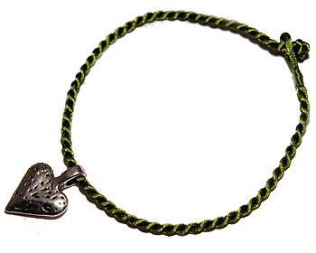 Trådarmband med hjärta. Längd cirka 16-17 cm.