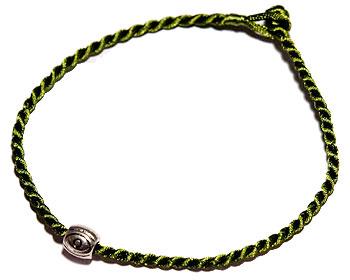 Billigt armband i grön tråd. Längd cirka 16-17 cm.