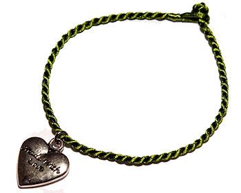 Hjärta med text och grönt trådarmband. Längd cirka 16-17 cm.