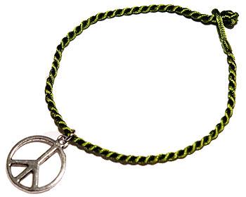 Armband med fredsmärke. Längd cirka 16-17 cm.
