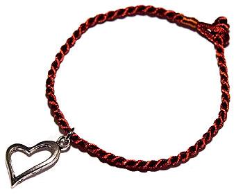 Armband i tråd med ett hjärta. Längd cirka 16-17 cm.