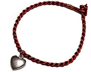 Armband med ett hjärta. Längd cirka 16-17 cm.