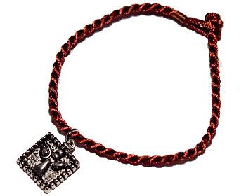 Armband med text. Längd cirka 16-17 cm.