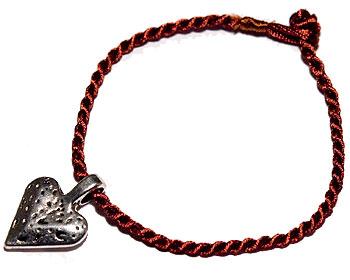Armband och hjärta. Längd cirka 16-17 cm.