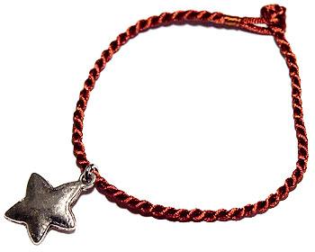 Armband och stjärna. Längd cirka 16-17 cm.