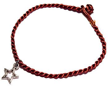 Armband i tråd och med en liten stjärna. Längd cirka 16-17 cm.