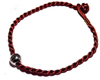 Billigt armband i tråd. Längd cirka 16-17 cm.