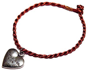 Hjärta med text och trådarmband. Längd cirka 16-17 cm.
