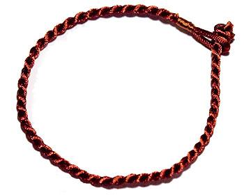 Trådarmband. Längd cirka 16-17 cm.