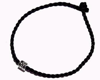 Billigt svart armband. Längd cirka 16-17 cm.