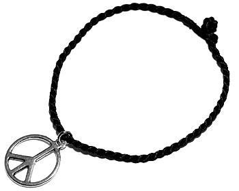 Fredsmärke och trådarmband. Längd cirka 16-17 cm.