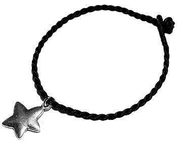 Hängande stjärna och svart trådarmband. Längd cirka 16-17 cm.