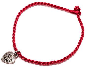 Rött armband med text. Längd cirka 16-17 cm.