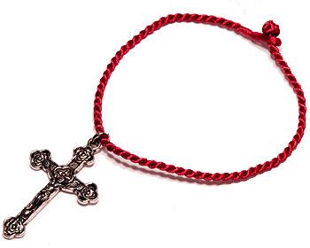 Armband med kors. Längd cirka 16-17 cm.
