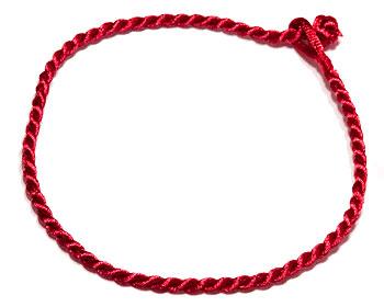Billigt rött armband. Längd cirka 16-17 cm.
