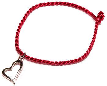 Litet hjärta på rött trådarmband. Längd cirka 16-17 cm.